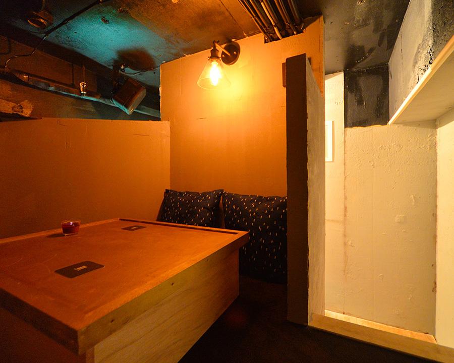 隠れ個室、カップルシート、ソファー席など、目的によって選べる席が充実している恵比寿BAR。1階はライブ感にあふれ、2階は落ち着いた大人の雰囲気で過ごせる。タイプによって違う雰囲気の個室が揃うのも嬉しい。