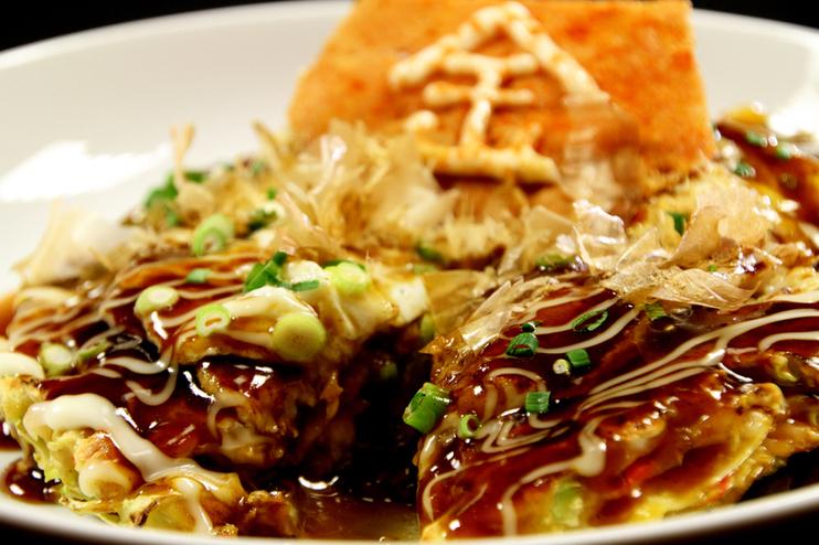 大阪風をベースのお好み焼き、鉄板焼きが楽しめる「灼楽 1号店?」の自慢は、「自家製塩麹」を使った「お好麹焼き」。まろやかな食感と風味はここでしか味わえない絶品のお好み焼きだ。さらに、塩麹で味付けした厚切りの国産牛ステーキを豪快に焼き上げる鉄板焼きも人気。
