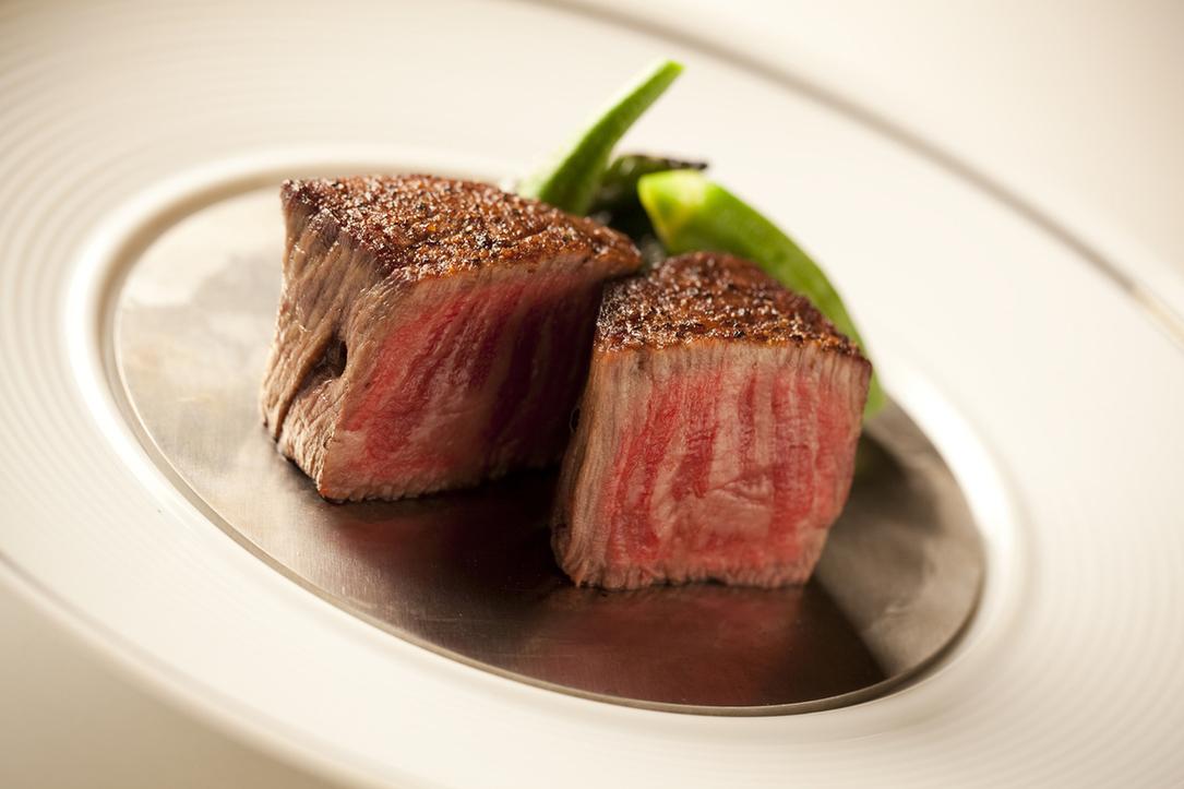 ウルフギャング・ステーキハウス 大阪店は、マンハッタン生まれのステーキ店。同店は、ニューヨークやワイキキ、マイアミでも高い人気を誇る。旨みがぎゅっと詰まった熟成肉「プライムビーフ」のステーキは絶品。