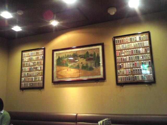 浅草らしく千社札の額が壁を飾る店内 : 店内写真 : 葵丸進 あおい
